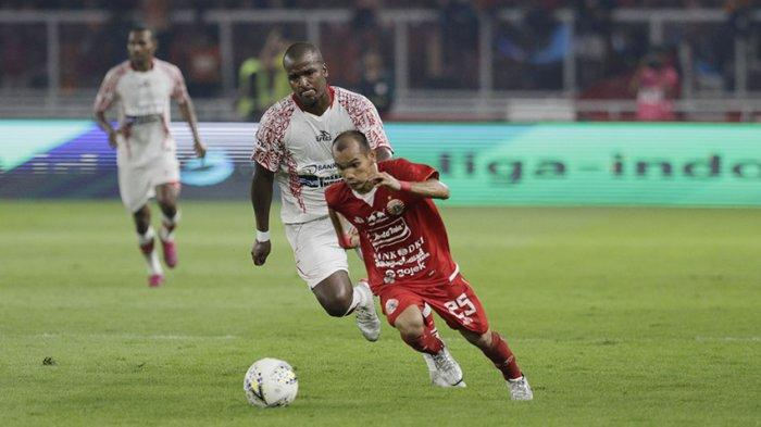 Aksi Riko Simanjuntak melewati pemain lawan di laga melawan Persipura