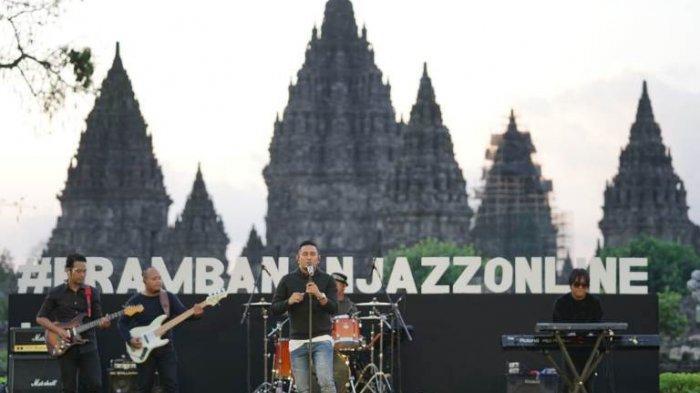 Penyanyi Rio Febrian saat bernyanyi di Prambanan Jazz Online yang digelar di Candi Prambanan, Yogyakarta, Sabtu (18/7/2020) sore.