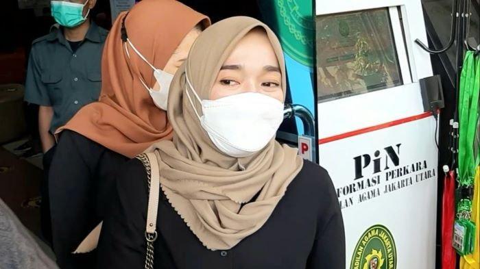Ririe Fairus ketika menghadiri sidang gugatan cerainya terhadap Ayus Sabyan di Pengadilan Agama Jakarta Utara, Jalan Plumpang Semper, Jakarta Utara, Rabu (17/3/2021). Ayus Sabyan kembali tidak hadir dalam sidang mediasi itu.
