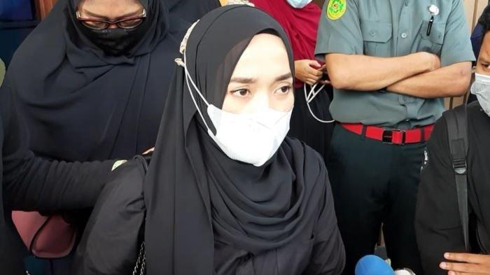Ririe Fairus saat menghadiri sidang gugatan cerainya terhadap Ayus Sabyan di Pengadilan Agama Jakarta Utara, Rabu (3/3/2021). Ayus Sabyan mangkir lagi.