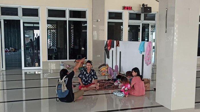 Riswanto mengungsi ke masjid karena rumahnya terendam banjir rob di Muara Angke, di Jalan Krapu I, Kelurahan Pluit, Kecamatan Penjaringan, Jakarta Utara mengaku tidak sanggup tinggal dengan kondisi air yang bercampur sampah.