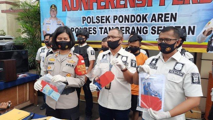 Kapolsek Pondok Aren, AKP Riza Sativa (kiri) bersama jajarannya saat merilis kasus penjambretan di Mapolsek Pondok Aren, Tangerang Selatan, Rabu (12/8/2020).