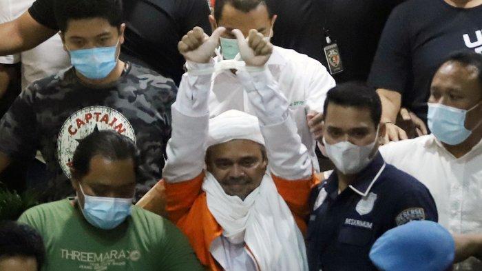 Pemimpin Front Pembela Islam (FPI) Muhammad Rizieq Shihab mengenakan baju tahanan seusai menjalani pemeriksaan di Polda Metro Jaya, Jakarta Pusat, Minggu (13/12/2020) dini hari.