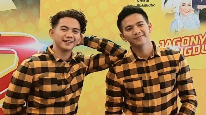 Rizki dan Ridho (kanan) yang tergabung dalam grup 2R disela mengenalkan album Jagonya Dangdut 2 di KFC Store, Jalan Kemang Timur, Jakarta Selatan, Kamis (19/11/2020).
