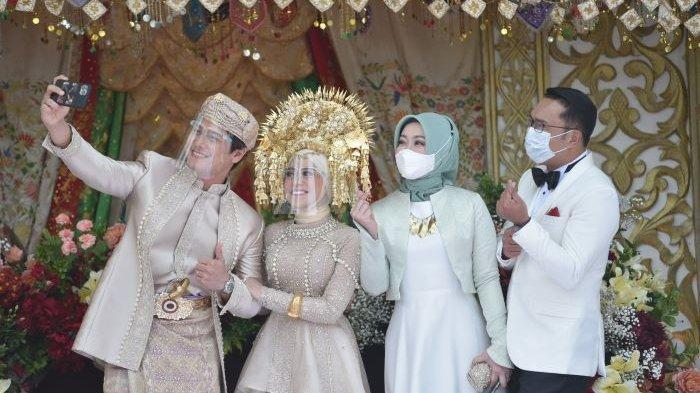 Rizky Billar dan Lesti Kejora berpose bersama Gubernur Jawa Barat Ridwan Kamil dan istri di acara Hajatan Sukses Leslar, Minggu (5/9/2021). Rizky Billar dan Lesti Kejora menutup Cinta Abadi Leslar dengan menggelar pesta pernikahan di Hajatan Sukses Leslar yang disiarkan ANTV sepanjang Minggu ini. Rizky Billar dan Lesti Kejora menikah pada 19 Agustus 2021.