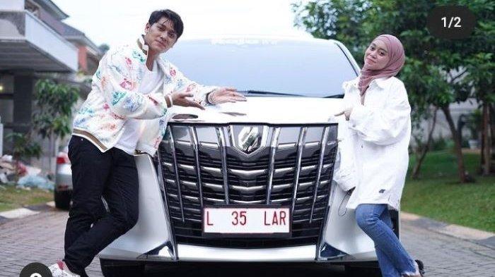 Rizky Billar dan Lesti Kejora memamerkan hadiah mobil baru menjelang acara lamaran mereka, Sabtu (12/6/2021). Rizky Billar melamar Lesti Kejora di Gedong Putih, Lembang, Kabupaten Bandung, Jawa Barat, Minggu (13/6/2021).