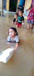 Anak-anak di tengah banjir