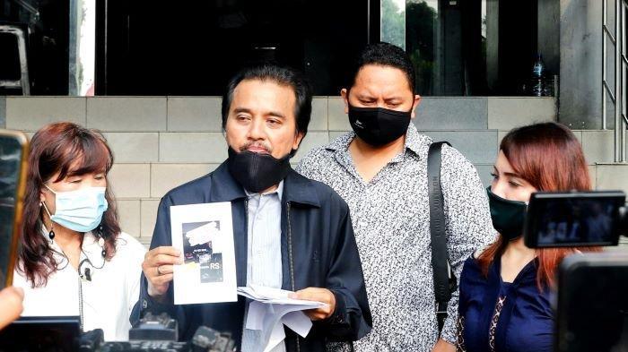Pakar telematika Roy Suryo melaporkan pesinetron Lucky Alamsyah ke Polda Metro Jaya, Senin (24/5/2021), terkait dugaan pencemaran nama baik di media sosial.