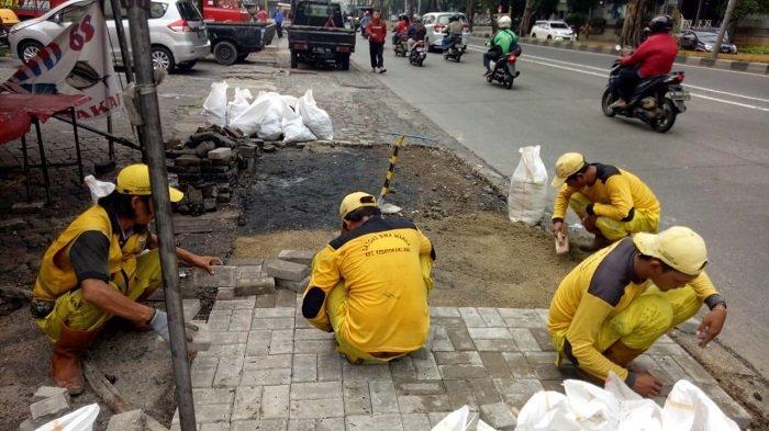 Trotoar di Jalan Sultan Iskandar Muda Akhirnya Diperbaiki setelah Diketahui Rusak Parah