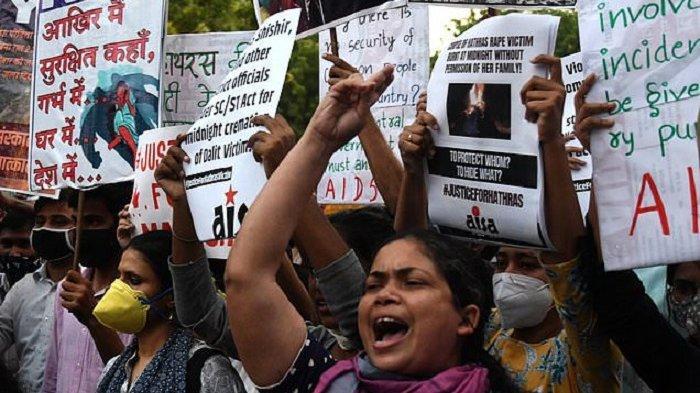 Para wanita pengunjuk rasa menuntut keadilan atas dugaan pemerkosaan beramai-ramai terhadap seorang gadis berusia 19 tahun di negara bagian Uttar Pradesh, India, selama demonstrasi di New Delhi pada 29 September 2020.