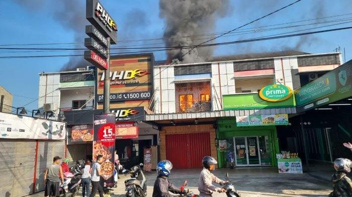 Ruko di Jalan Raya Sukahati Cibinong Kabupaten Bogor Terbakar, 9 Mobil Damkar Dikerahkan