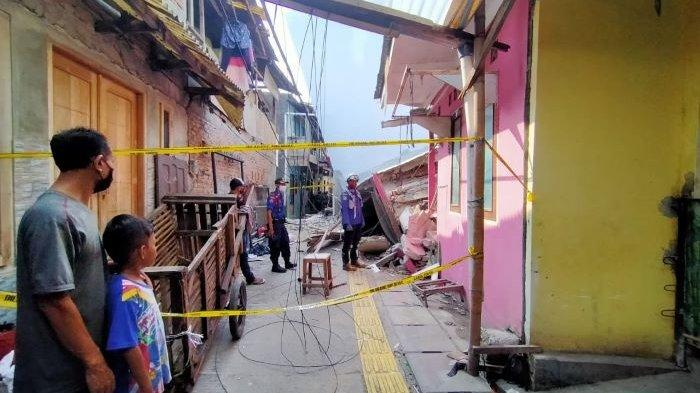 Rumah Berlantai Dua di Kalideres Jakarta Barat Roboh pada Malam Hari Timpa Rumah Tetangganya