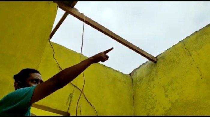 Hujan Disertai Angin Kencang Bikin Keluarga Mariyadi Ketakutan Apalagi Lihat Asbes Rumah Beterbangan