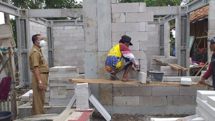 Pembangunan rumah warga yang hanyut terbawa banjir akibat tanggul sungai Citarum jebol di Kecamatan Pebayuran, Kabupaten Bekasi, mulai dibangun kembali, Rabu (17/3/2021).