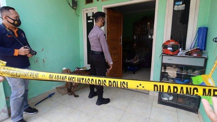 Anjing pelacak dipakai polisi untuk memeriksa TKP rudapaksa.Warta Kota/Muhammad Azzam