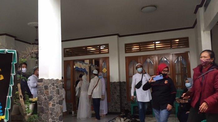 Suasana rumah duka Kapten Afwan di Bogor.  Jenazah pilot Sriwijaya Air SJ-182 Kapten Afwan akan dimakamkan di Tempat Pemakaman Umum Pondok Rajeg, Cibinong, Kabupaten Bogor, Sabtu (30/1/2021).
