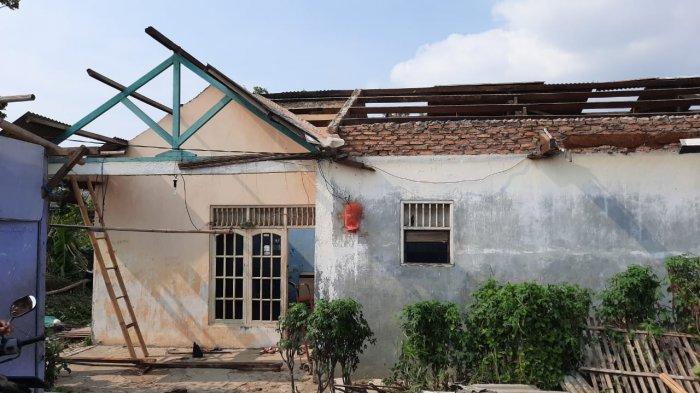 Bekasi Utara Disapu Puting Beliung, Ibu dan Dua Anaknya Nyaris Tertimpa Balok dan Asbes Rumah