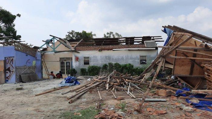 Meski Atap Rumahnya Habis Dihantam Angin Puting Beliung, Irwan dan Keluarga Enggan Mengungsi