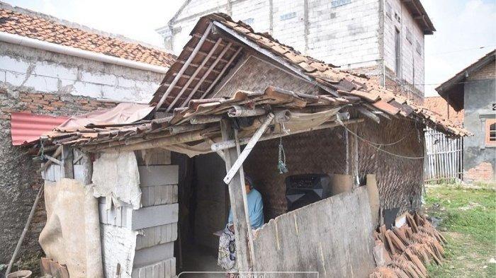 Rumah Kinah (73), wargaKampung Srengseng RT 002/RW 006 Desa Sukamulya Kecamatan Sukatani Kabupaten Bekasi kondisinya memprihatinkan dan tak layak huni.