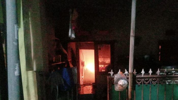 Rumah Kos 15 Pintu di Makasar Kebakaran, Sudin Gulkarmat Jakarta Timur Kerahkan 15 Mobil Damkar