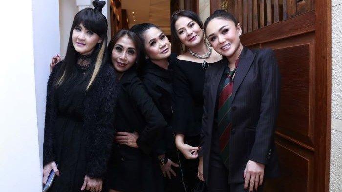 Kuintet yang terdiri dari Vina Panduwinata, Trie Utami, Ita Purnamasari, Memes dan Yuni Shara ini melantunkan lagu daur ulang Kasih Putih. Lagu Kasih Putih telah dirilis di berbagai digital store pada 26 Maret 2021.