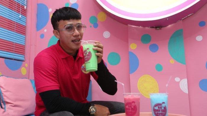Ruri Wantogia mencoba terjun mengelola usaha minuman kekinian bernama Es Permen Karet Ruri. Vokalis Band Repvblik itu membuka kedai Es Permen Karet Ruri di kawasan Sindang Barang, Bogor Tengah, Bogor, Jawa Barat, Sabtu (11/9/2021).