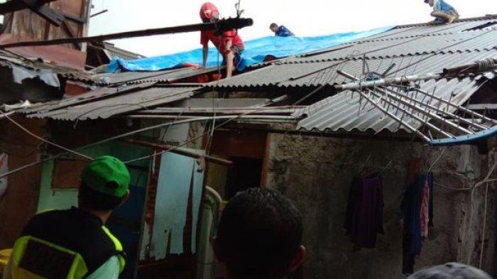 Rumah Terdampak Angin Kencang, Puluhan Terpal Diberikan ke Penghuni Rumah