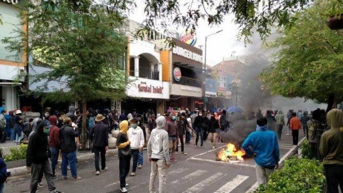 Massa membakar benda-benda keras di tengah jalan Malioboro, Kamis (8/10/2020). Kawasan Maliboro pun menjadi lumpuh karena aksi demo menentang UU Cipta Kerja
