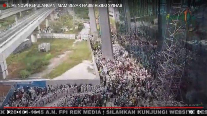 Saat Habib Rizieq Shihab pulang, ribuan jemaahnya tampak menyambut di bandara Soekarno-Hatta. Ribuan jemaah menyambut Habib Rizieq Shihab pulang dengan melantunkan selawat.