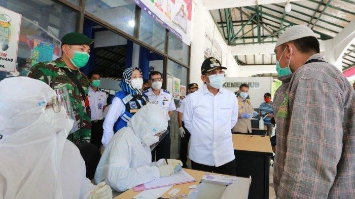 Wakil Wali Kota Tangerang, Sachrudin, memantau arus mudik di Terminal Poris Plawad Kota Tangerang, Jumat (25/12/2020).