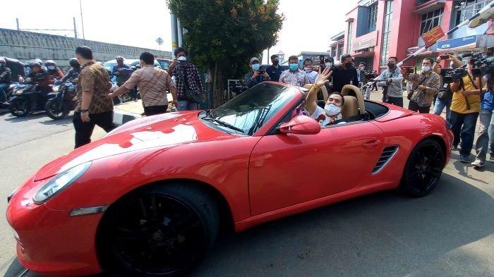 Saipul Jamil meninggalkan Lapas Cipinang, Jakarta Timur, menggunakan mobil porsche merah yang dikemudikan pedangdut Indah Sari, Kamis (2/9/2021). Saipul Jamil dibebaskan setelah 5 tahun menjalani hukuman akibat kasus pencabulan dan suap panitera pengadilan.