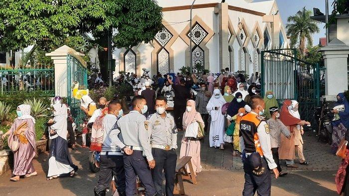 Jemaah Langsung Bubar Usai Salat Id di Masjid Agung Baitul Faizin Cibinong, Tak Ada Salam-salaman