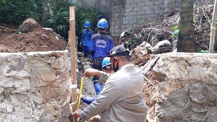 Antisipasi Longsor, SDA Kecamatan Ciracas Jakarta Timur Bangun Turap di Komplek Hankam