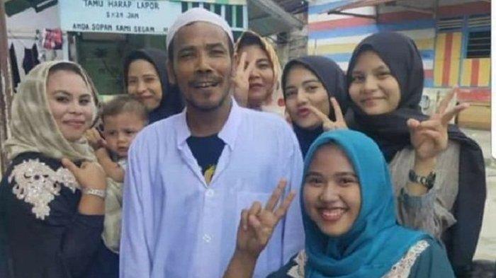 Usai Aksi Prank Lelang Motor Jokowi, M Nuh Disambut Meriah di Kampungnya, Warga Berebut Foto Bareng