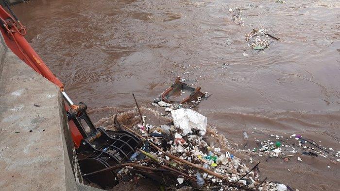 72 Meter Kubik Sampah Telah Diangkut dari Pintu Air Manggarai Bersamaan Datangnya Air dari Katulampa