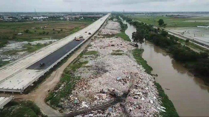Jadi Lautan Sampah, Pemerintah Kabupaten Bekasi Akhirnya Tutup TPS Liar di Bantaran Kali CBL