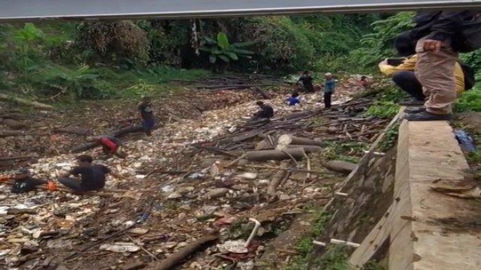 Viral di medsos, sampah yang menumpuk di Kali Baru Depok dibersihkan satgas.