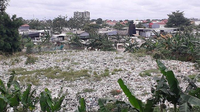 VIDEO Pemkot Bekasi Kesulitan Bersihkan Tumpukan Sampah Liar di Pinggir Tol JORR