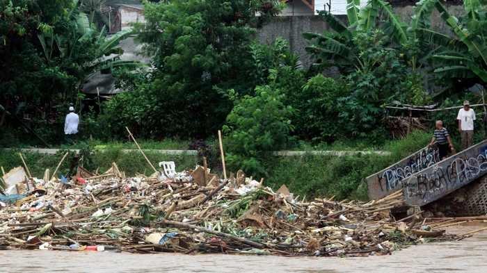 BERITA FOTO: Banjir Kiriman Bikin Sampah Menggunung di Sungai Ciliwung