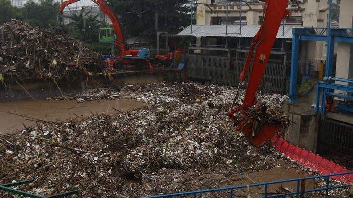 Sekitar 660 Meter Kubik Sampah Terangkut Saat Pintu Air Manggarai Berstatus Siaga II
