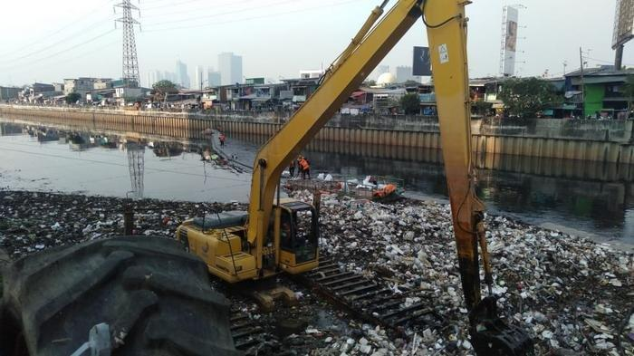 Jakarta Diguyur Hujan Semalam, Sampah Menumpuk di Kanal Banjir Barat