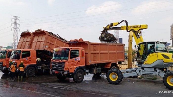 322 Meter Kubik Sampah Diangkut dari Pintu Air Manggarai, Perlu 18 Truk Untuk Membuangnya