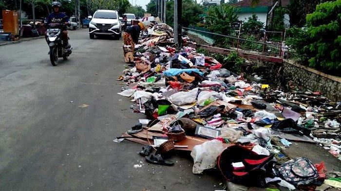 UPDATE Sampah Sisa Banjir Menggunung di Pinggir Jalan Underpass Bekasi Timur, Warga Mengeluh