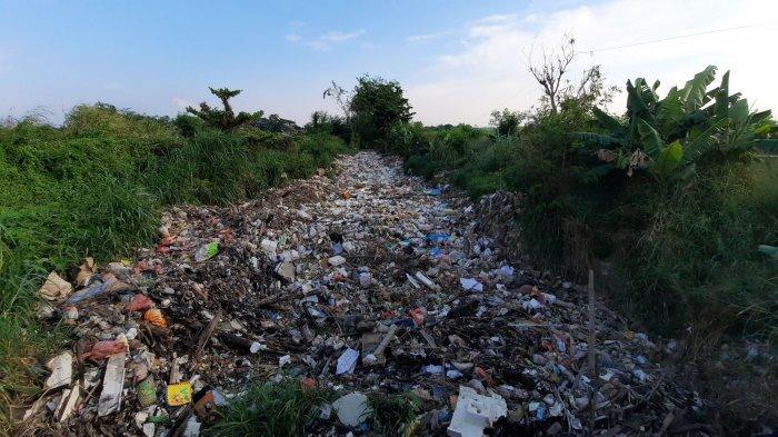 Pengerukan Hamparan Sampah di Kali Busa Tambun Utara Terhambat, Ini Penyebabnya