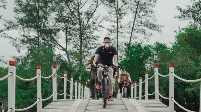 Menteri Pariwisata dan Ekonomi Kreatif (Menparekraf) Republik Indonesia, Sandiaga Salahuddin Uno mengunjungi Hutan Kemasyarakatan (HKM) Seberang Bersatu, Kepulauan Bangka Belitung pada Jumat (5/2/2021).