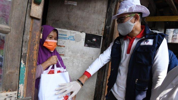 Sandiaga Serahkan Bantuan Sembako ke Buruh Cuci dan Mahasiswa Perantauan Bareng EP Jokowi