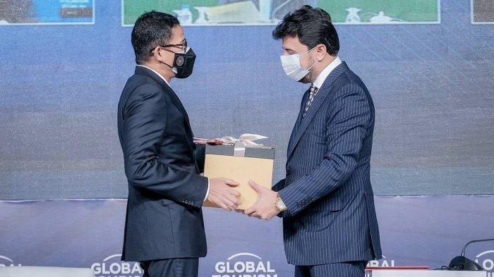 Buktikan Indonesia Kaya Akan Kearifan Lokal, Sandiaga Uno Berikan Bulut Bagci Pakaian Adat Gorontalo