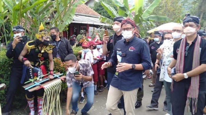 Menparekraf Sandiaga Salahuddin Uno kunjungi Desa Wisata Cikakak, Kecamatan Wangon, Kabupaten Banyumas, Rabu (13/10/2021).