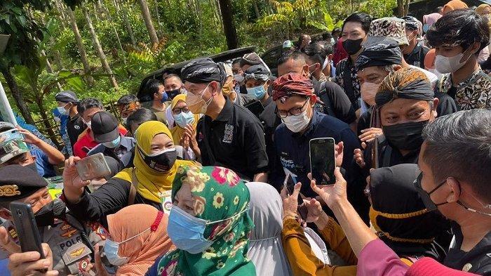 Menparekraf Sandiaga Salahuddin Uno kunjungi Desa Wisata Cikakak, Kecamatan Wangon, Kabupaten Banyumas, Rabu (13/10/2021)