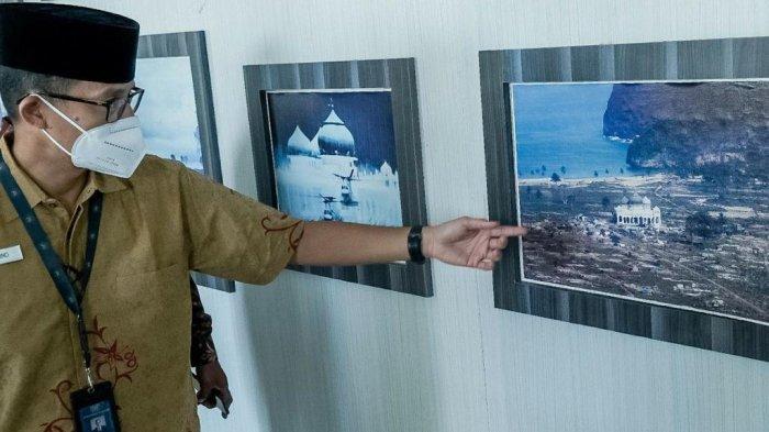 Menteri Pariwisata dan Ekonomi Kreatif (Menparekraf) Republik Indonesia, Sandiaga Salahuddin Uno menyempatkan diri singgah ke Masjid Rahmatullah yang berlokasi di Desa Lampuuk, Meunasah Lambaro, Kecamatan Lhoknga, Kabupaten Aceh Besar, Aceh pada Minggu (2/5/2021).